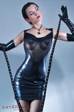 Robe Safia - Robe wetlook laqué dos nu et décolleté de résille, révélez la pin-up qui sommeille en vous.