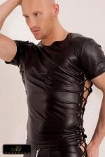 T-shirt Xander - T-shirt en wetlook mat, bordé sur les cotés de deux lacés croisés sur des rivets chromés.
